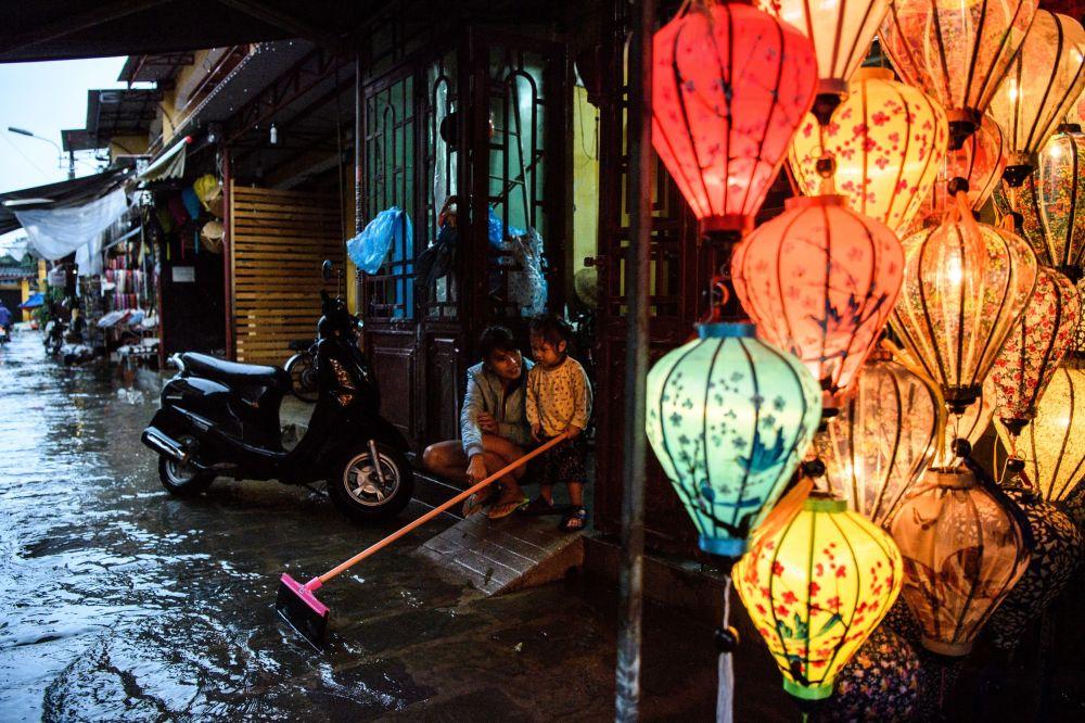 """台风""""达维""""过境后的越南会安市街道"""