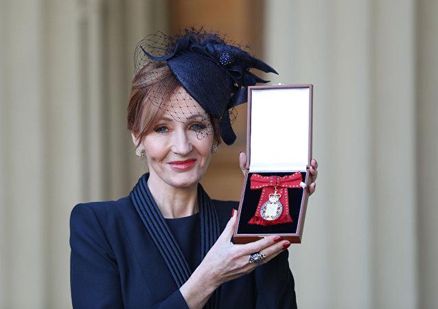 英国女作家罗琳获名誉勋位