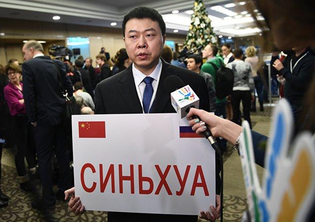 Журналист информационного агентства Синьхуа перед началом ежегодной большой пресс-конференции президента РФ Владимира Путина в Центре международной торговли на Красной Пресне