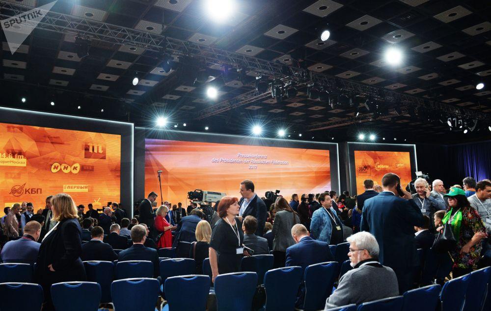 从历年的情况看,记者们感兴趣的问题五花八门,既有国际问题,也有地区问题。