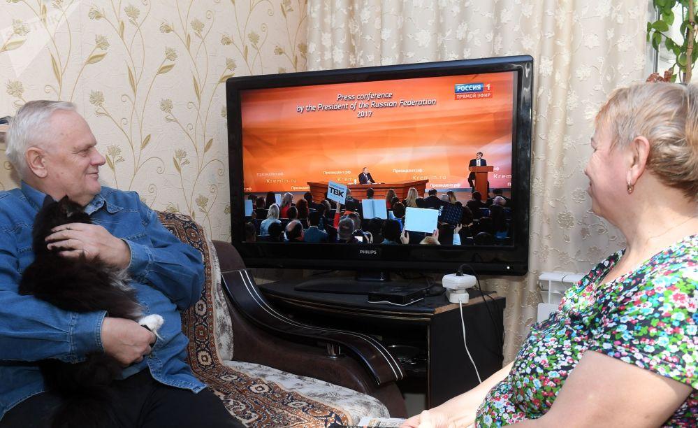 喀山一家人正在收看普京记者会实况转播。
