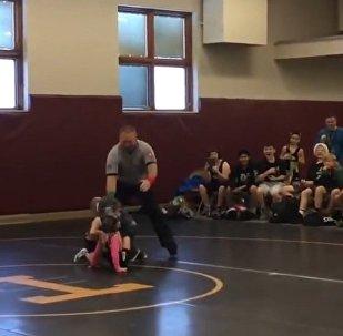 小男孩試圖幫助其姐姐打敗摔跤對手(視頻)