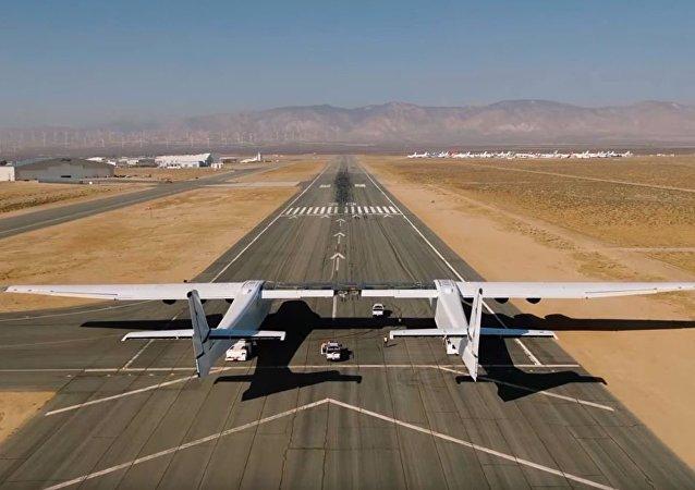 世界最大飞机在美国机场跑道测试