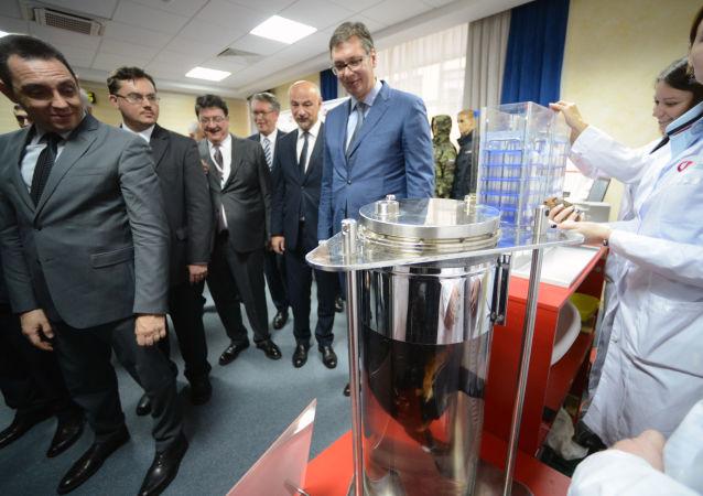 俄副总理向塞尔维亚总统展示俄液体呼吸技术