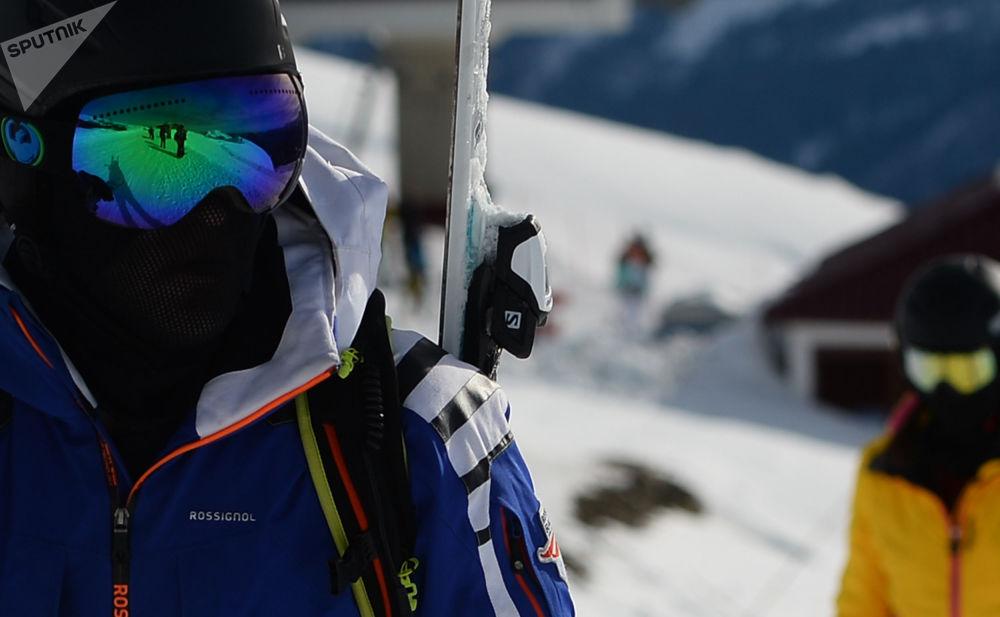 在「羅莎庫塔」滑雪度假村休息的人