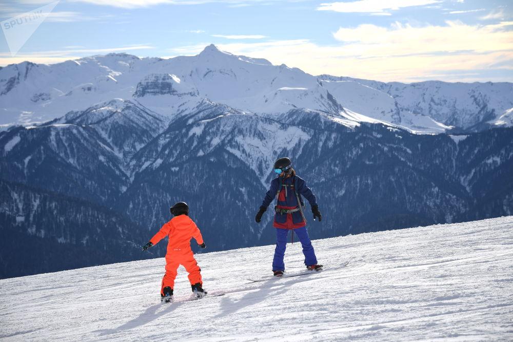 「羅莎庫塔」滑雪度假村是俄羅斯第一個全年性的頂級滑雪度假村,在那裡可以滑雪、呼吸新鮮空氣,而且還可以很快地到達海邊,並享受美麗的海景。