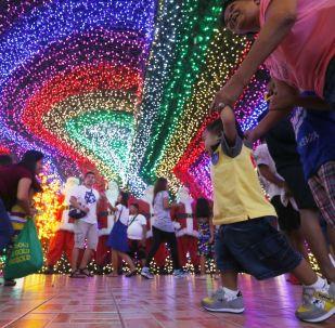 """菲律宾""""圣诞屋""""的参观者"""