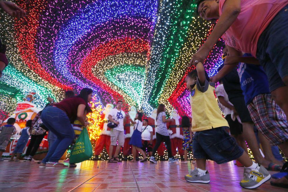 菲律賓「聖誕屋」的參觀者