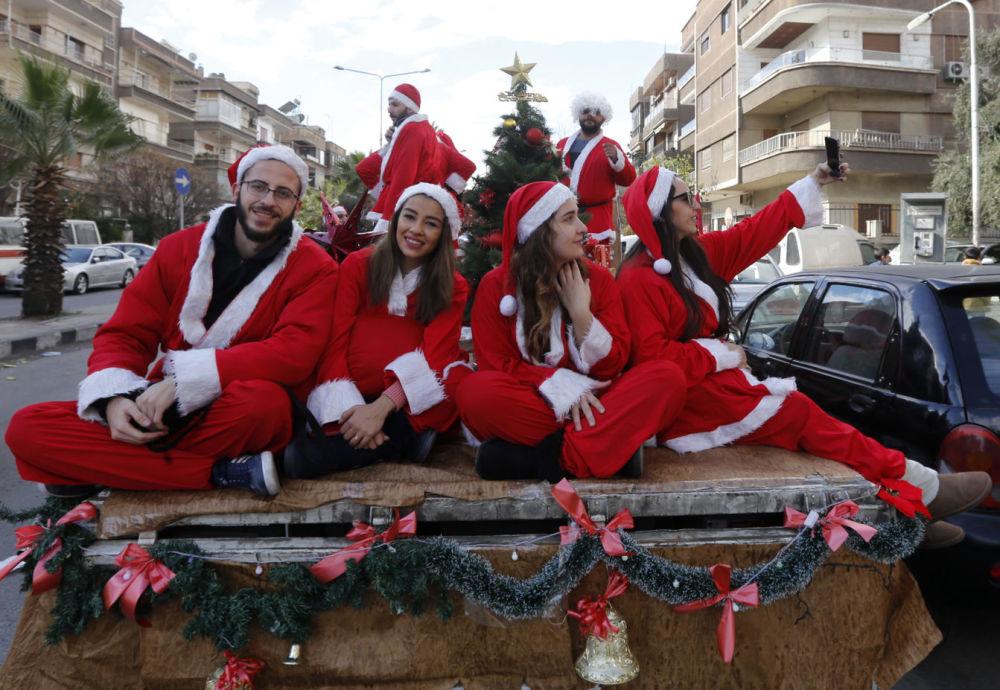 穿著聖誕老人服裝的敘利亞人