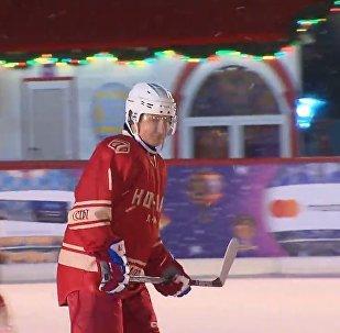 普京现身红场参加夜间冰球赛