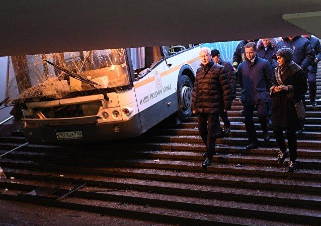 """莫斯科西部一辆公交车撞入""""斯拉夫林荫道""""地铁站的地下通道"""