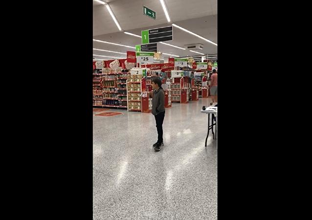 英国一名自闭症男孩在连锁超市唱歌的视频受到网民热捧
