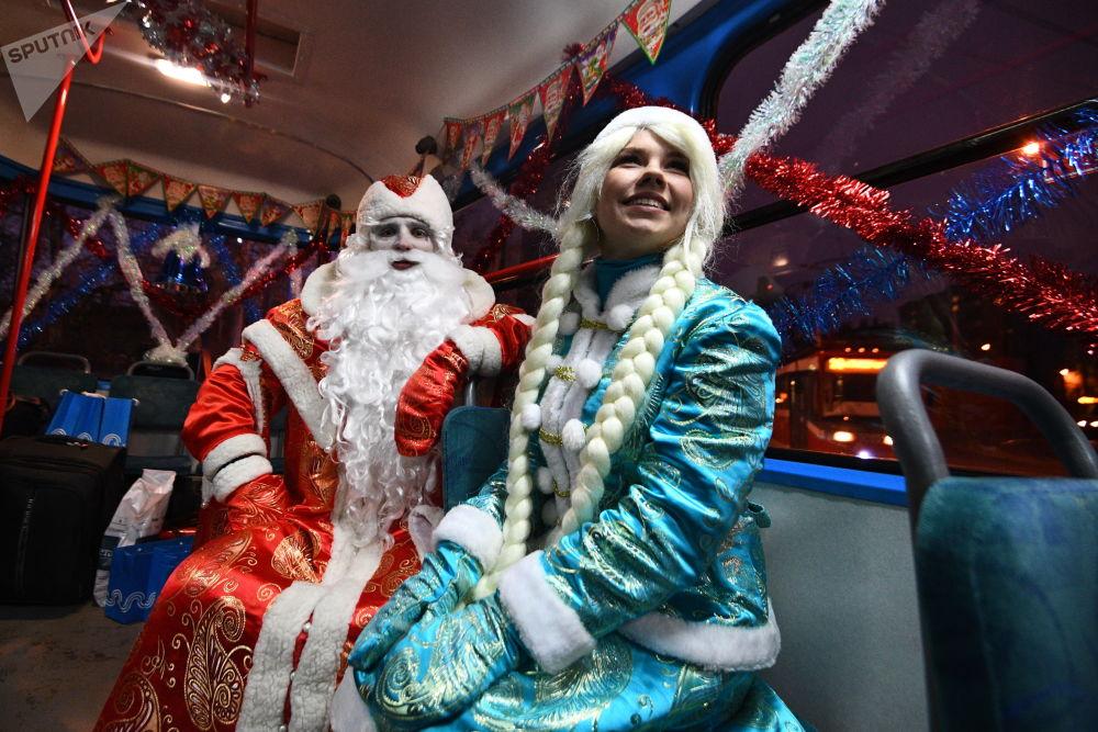 严寒老人和雪姑娘在新年电车内