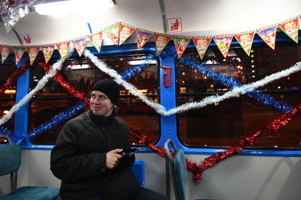 乘坐新年电车的乘客