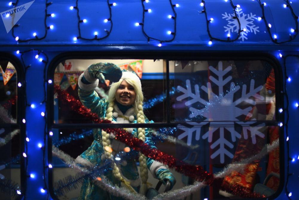 雪姑娘在新年电车内