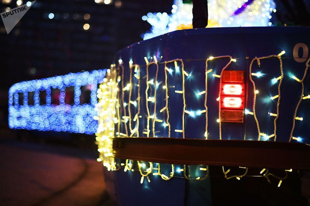 LED灯装饰的新年有轨电车