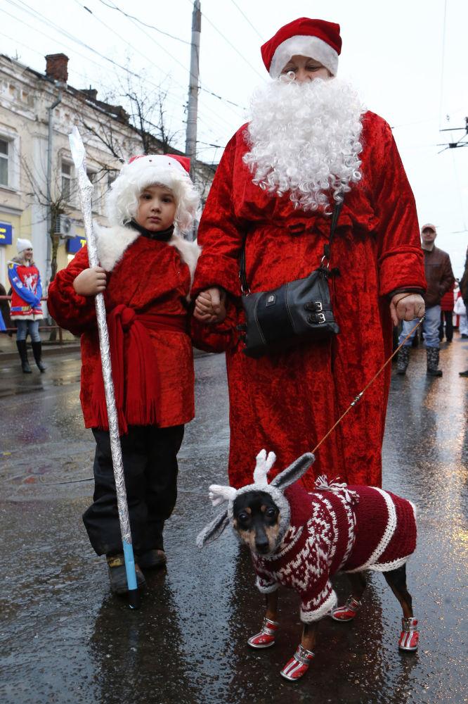 雷賓斯克,參加嚴寒老人遊行活動的人們。