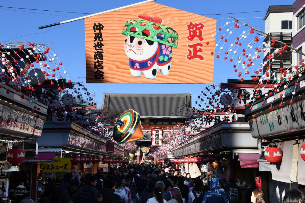 東京,印有象徵新年的黃狗的橫幅。