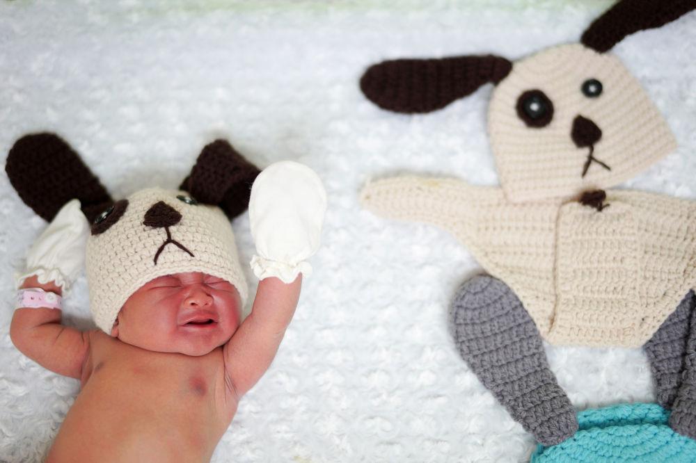 泰國曼谷,一名穿著2018年黃狗狗衣服的新生兒。