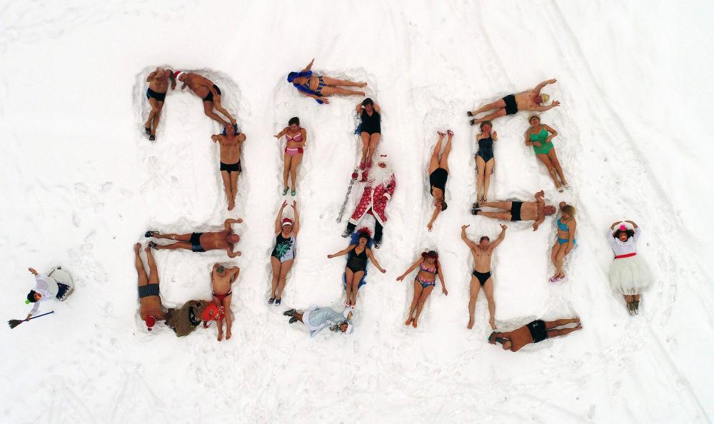 克拉斯諾亞爾斯克某體育運動俱樂部的成員在河葉尼塞河岸邊用身體擺成了2018年的字樣。