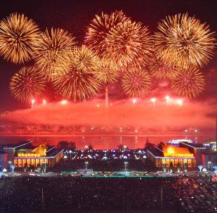 朝鲜燃放烟花庆祝新年。