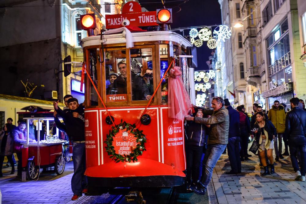 準備慶祝新年的伊斯坦布爾居民在有軌電車里。