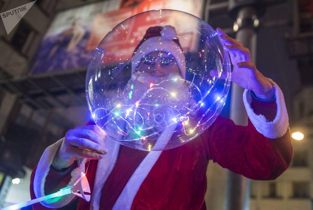 聖彼得堡慶祝新年,一名打扮成嚴寒老人的男子。