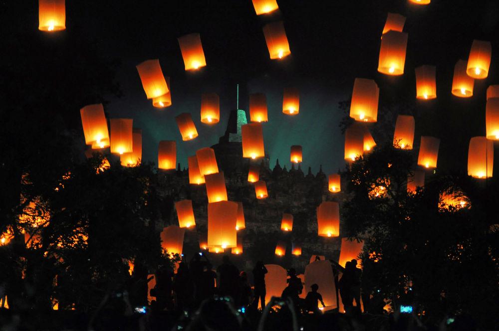 印度尼西亞慶祝新年時放飛燈籠。