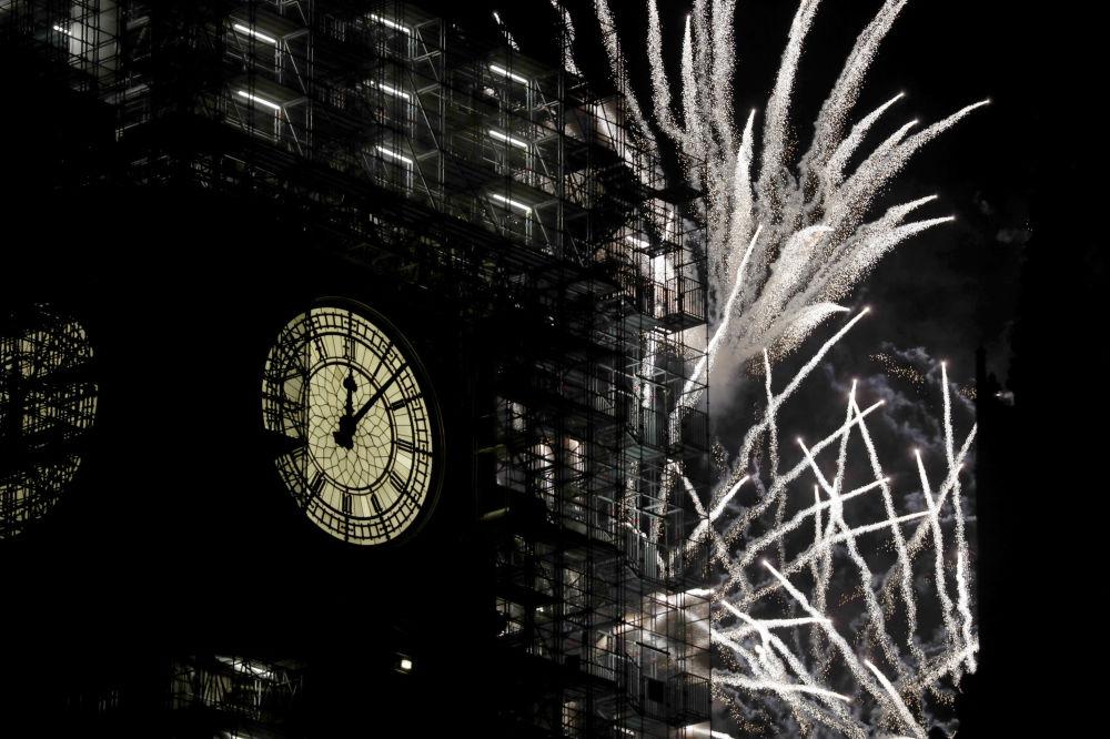 新年的倫敦大本鐘,背景是燃放煙花。