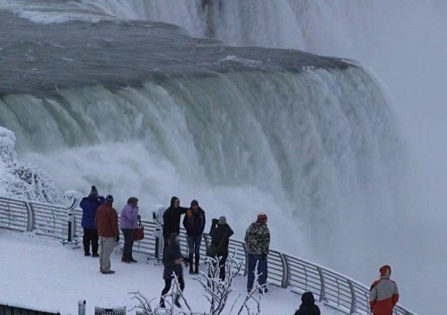 异常寒冷让尼亚加拉大瀑布变成冰雪之国