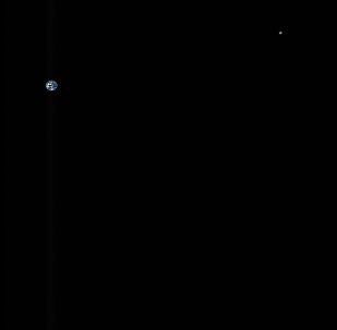 NASA发布地球与月球合影