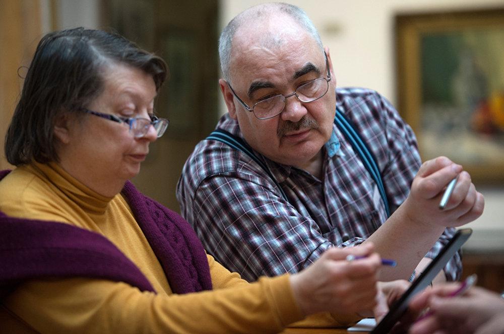 老年夫妇在计算退休金