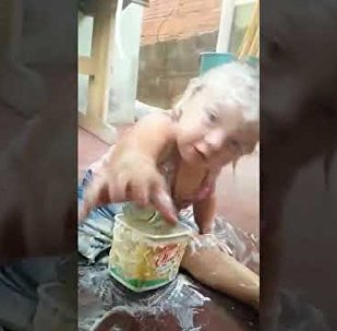 淘氣的巴西女孩發現了人造奶油的「用途」