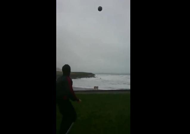 爱尔兰一男子在飓风中踢足球