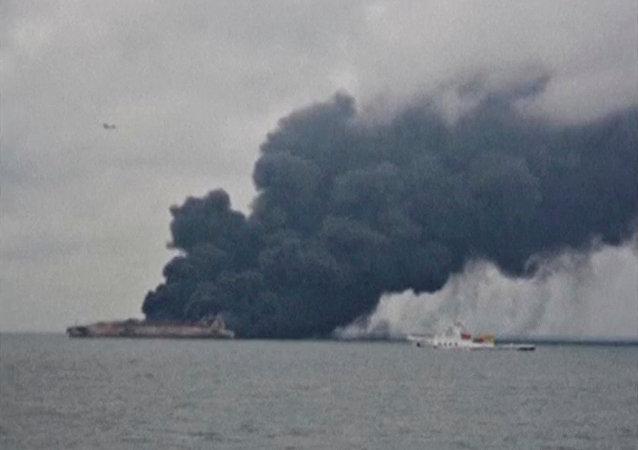 懸掛巴拿馬國旗的「Sanchi」號油輪與「CF CRYSTAL」號香港乾貨船在中國東海岸附近相撞