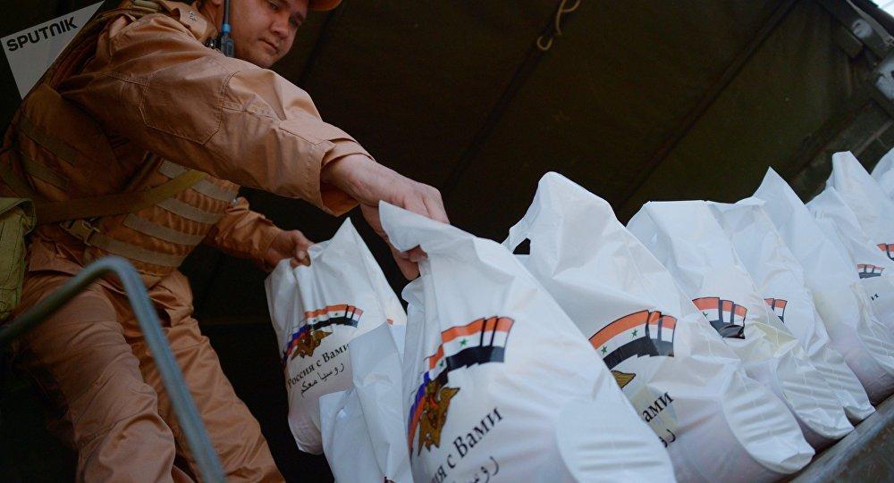 俄军向叙利亚西部村镇运送食物