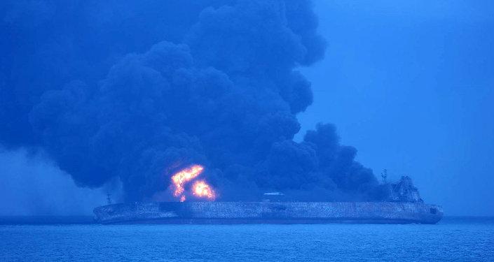 """悬挂巴拿马国旗的""""Sanchi""""号油轮与""""CF CRYSTAL""""号香港干货船在中国东海岸附近相撞"""