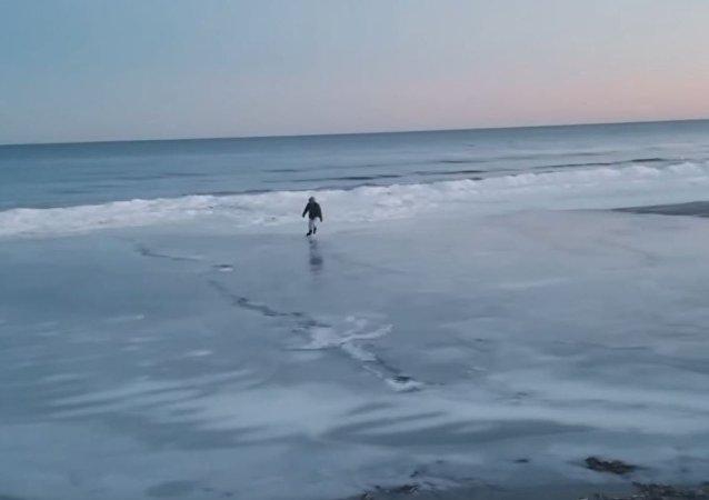 美国男子海滩滑冰(视频)