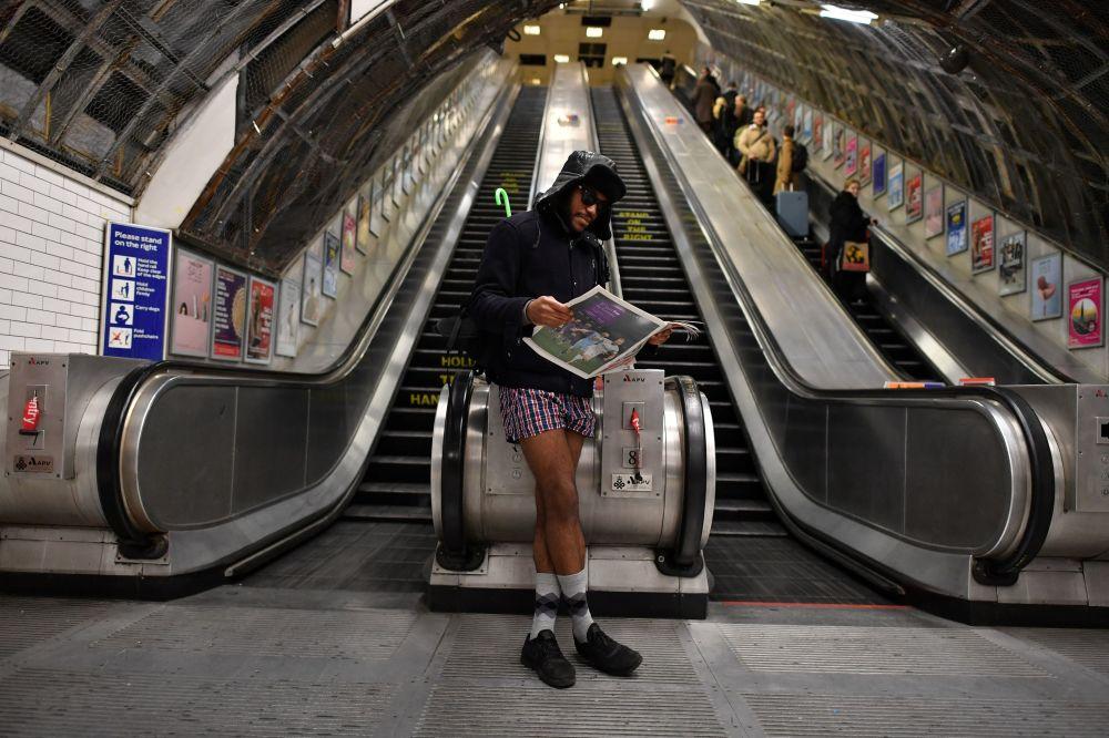 """多国举行""""不穿裤子搭地铁""""活动"""