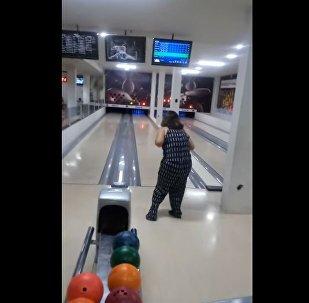 尴尬了!巴西女子扔飞保龄球 打碎计分电视