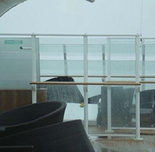 乘客实拍游轮遇炸弹气旋时的可怕景象