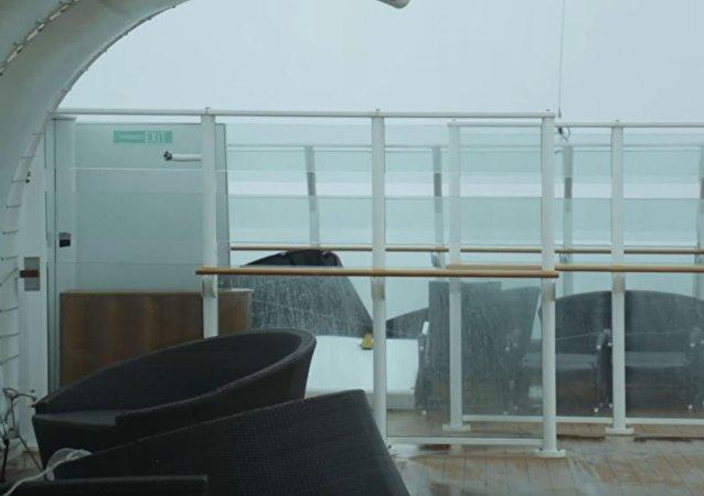 乘客實拍游輪遇炸彈氣旋時的可怕景象