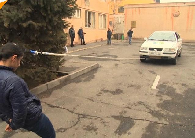 16歲亞美尼亞女孩用頭髮拉動汽車