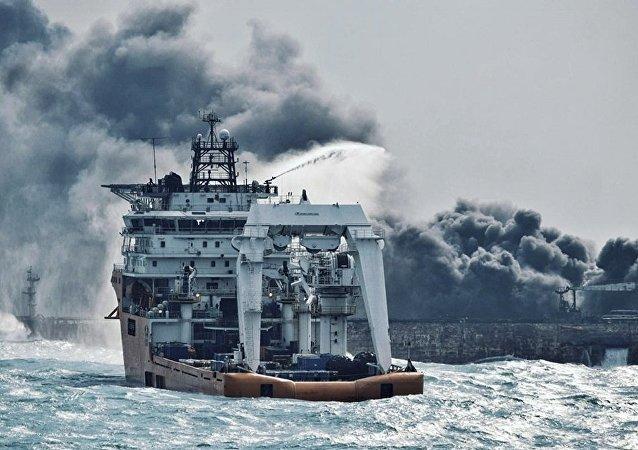 消防船试着扑灭伊朗油轮上的大火