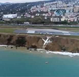 土耳其一架飞机陷入陆地边缘(视频)