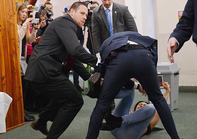 袭击捷克总统的乌克兰女权主义者被判驱逐出境