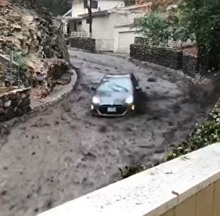 加州一辆汽车被滑坡冲下山(视频)