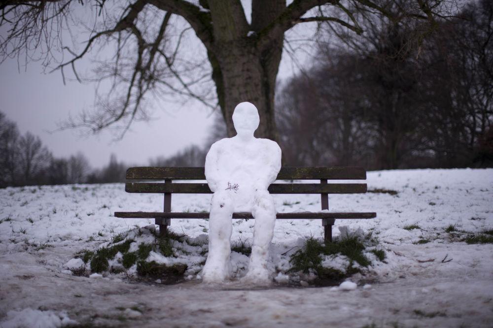 伦敦公园一个坐在长椅上的雪人
