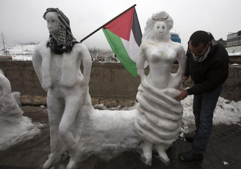 一名巴勒斯坦人在耶路撒冷堆雪人