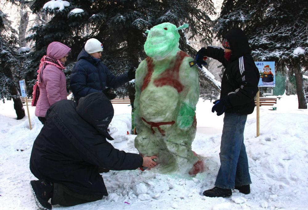 """俄罗斯克拉斯诺亚尔斯克""""雪人游行""""参与者在堆雪人"""